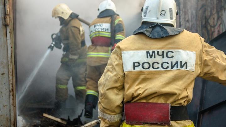 В Нефтегорске пожарные спасли женщину с ребенком из горящего дома