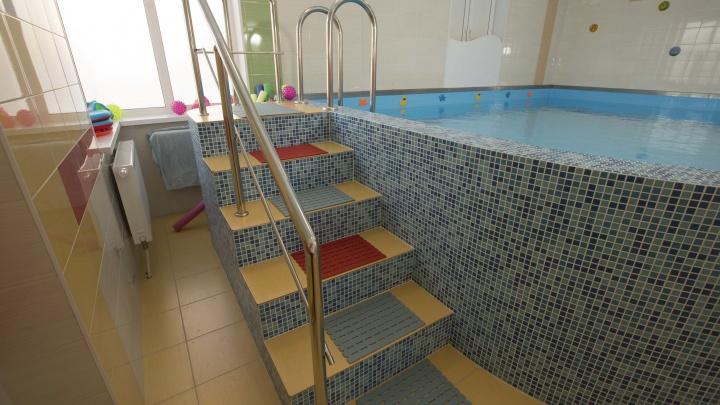 «Ребенку еще года нет, а он уже ныряет»: в одном из уральских бассейнов научат детей не бояться воды