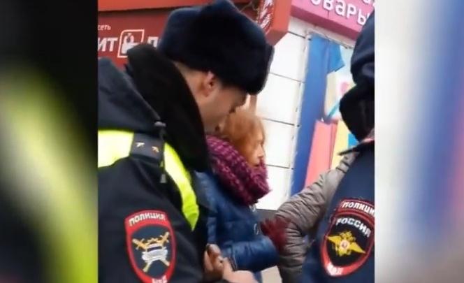 Порвала куртку, устроила скандал с инспекторами: чем обернулся для тюменки переход на красный