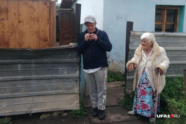Антонина Григорьевна и ее сын Андрей встречают гостей у калитки. Любых гостей. Даже тех, кто просто проходит мимо по своим делам