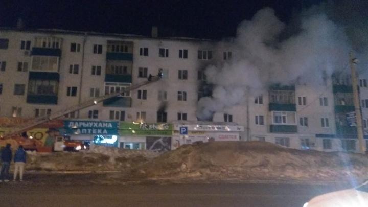 «Помогите, мы выбраться не можем, тут ребенок маленький!»: в Башкирии из пожара эвакуировали детей