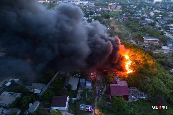 В МЧС заверили, что огонь не угрожает соседним домам