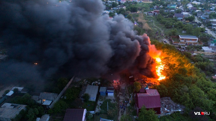 «Там жили больные люди — могли быть жертвы»: в Волгограде локализовали пожар у Мамаева кургана
