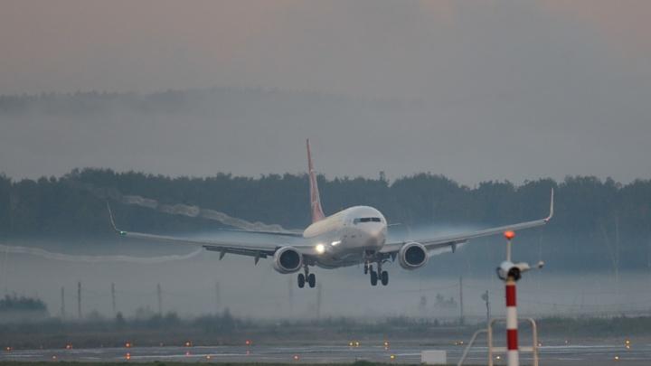 Самолет, летевший из Екатеринбурга в Сургут, приземлился в Ханты-Мансийске