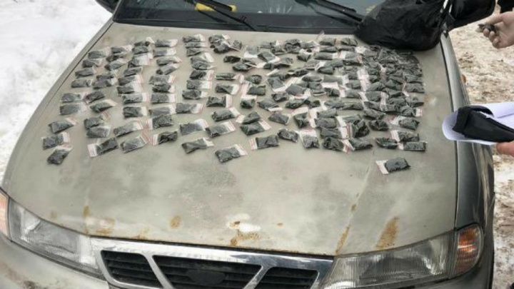 Полицейские Уфы поймали торговца насваем: у него в машине нашли 254 пакетика зелья