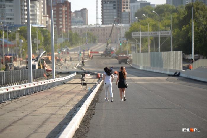 С завтрашнего дня прогуляться по Макаровскому мосту уже не получится, там будут ездить машины