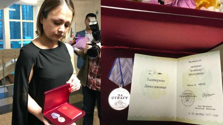 20-летнюю девушку, спасшую из огня двух братьев и бабушку, наградили посмертно