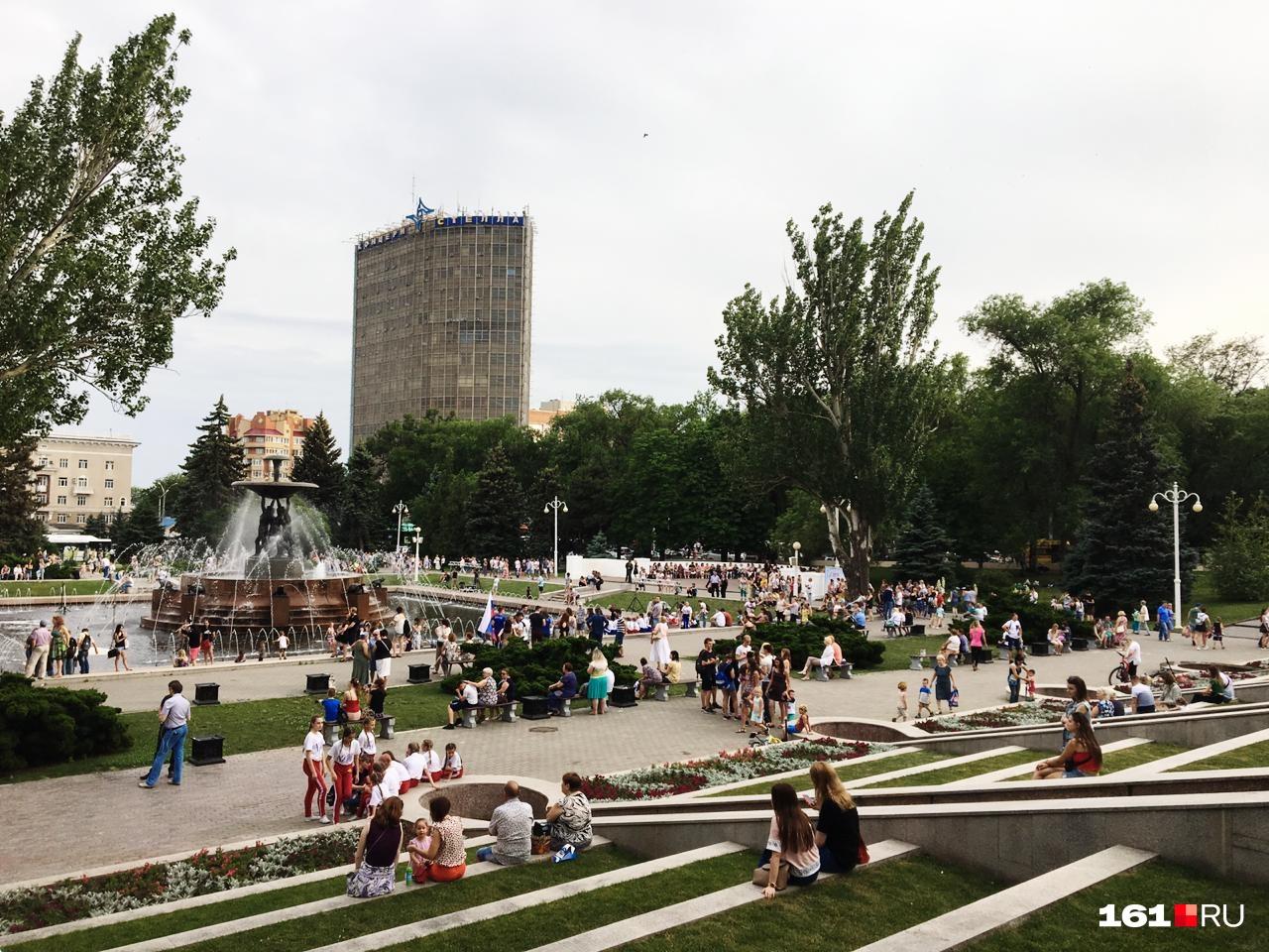 Возле фонтана на Театральной площади вечером стало больше людей
