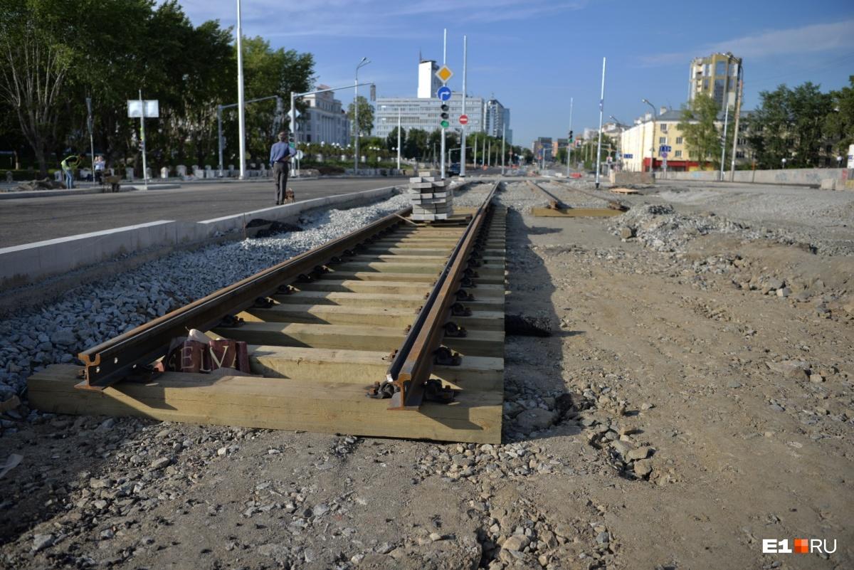 Трамваи по мосту пустят тоже только осенью, и то только в одну сторону