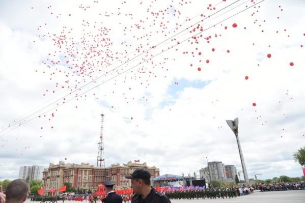 Парад проходит на Театральной площади