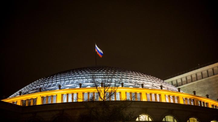 Над куполом оперного театра установили флаг России