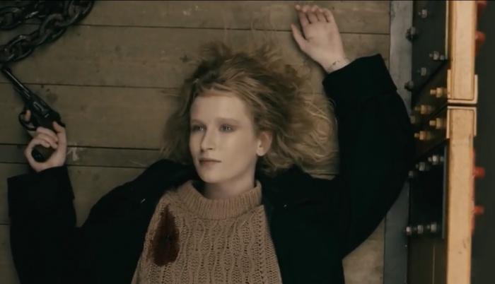 Лиза в кадре с револьвером и следами от пуль