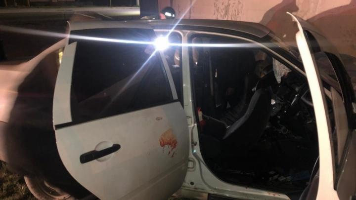 Водитель «Лады» с шестью пассажирами въехал в забор на улице Кирова. Погибли двое