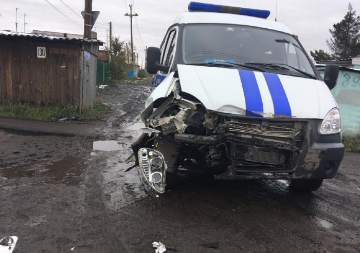 Появились фотографии ДТП в Омске, где полицейская газель врезалась в маршрутку