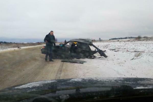 На месте аварии. С левой стороны корпус машины частично сохранился, с правой — только его половина