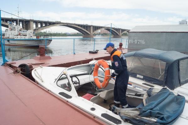 Спасатели обследовали акваторию на катере