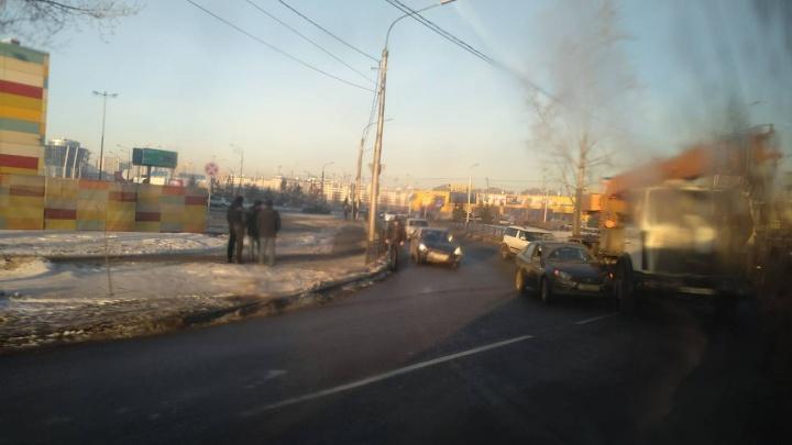 Улица Авиаторов у «Планеты» встала колом из-за аварии с краном