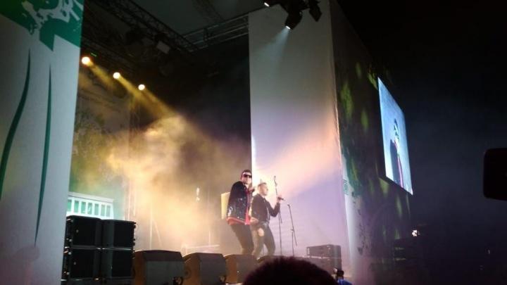 Сотни новосибирцев пришли на концерт «Иванушек International» в Центральный парк и прождали два часа