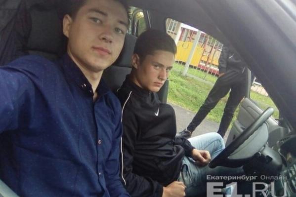 На фото за рулем сидит Сергей&nbsp;Копорушкин, на соседнем сиденье — Роман Хасанов<br>