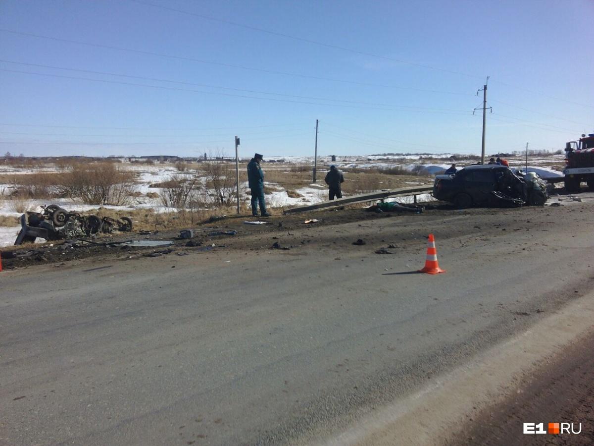 Машины превратились в железное месиво: в страшной аварии под Камышловом погибли 6 человек