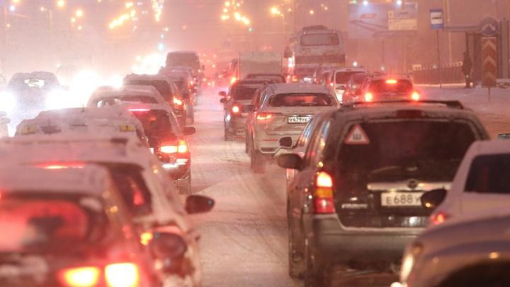 Запрет для фур, каша под колёсами и типовые ДТП: как Челябинск (не) вывозит снегопад