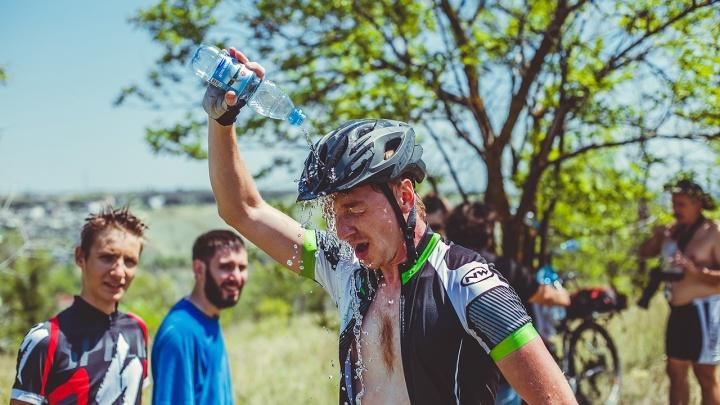 «Обливались водой с головы до ног»: самые безбашенные велосипедисты Волгограда взлетели на гору
