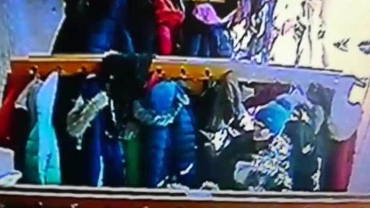 Камера в школьной раздевалке сняла воровку: денег и украшений лишились пять учеников