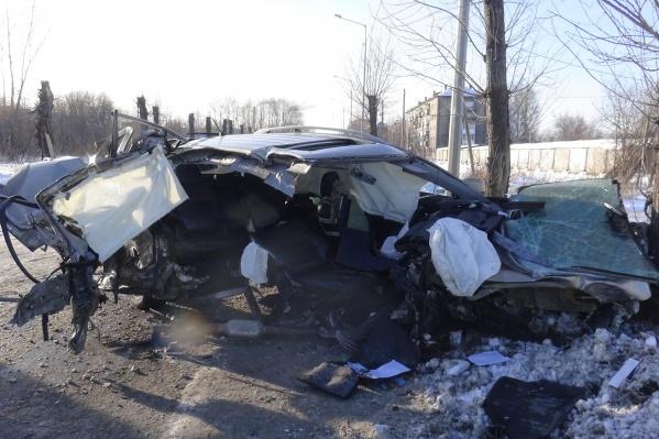 Автомобиль после столкновения с деревом превратился в груду металла