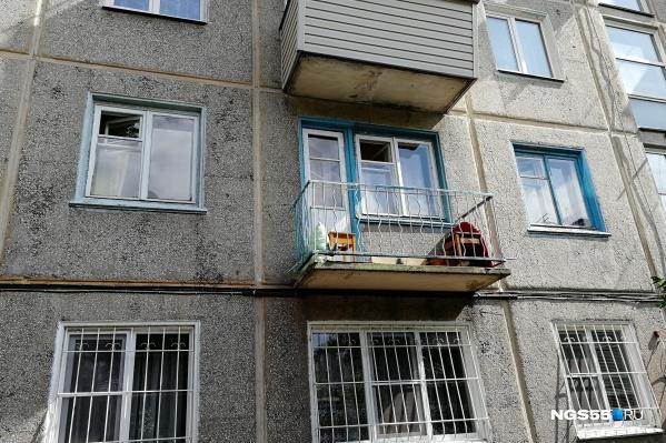 Открытый балкон — отличное место для курения. Но теперь не обязательно легальное