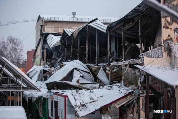Торговый комплекс состоит из двух этажей. Второй сгорел полностью