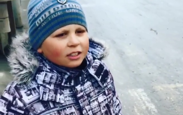 Бабушка прячет от него жезл: история мальчика, который встал на место сотрудников ДПС на Уралмаше