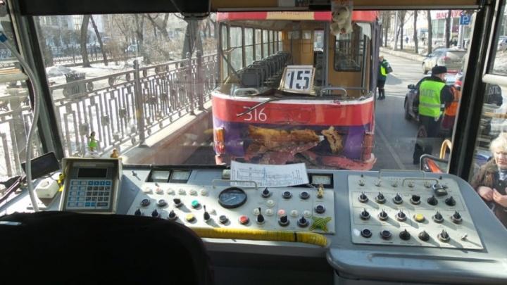 После столкновения трамваев на Ленина водителям Гортранса запретили пользоваться мобильниками