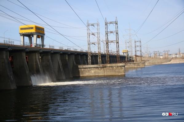 ГЭС будет постепенно открывать затвор за затвором. Всего таких ворот на плотине 38
