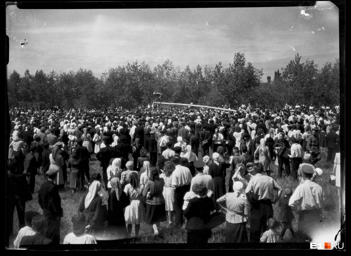 Сабантуй в Центральном парке культуры и отдыха. Ходьба по бревну. 1948 год