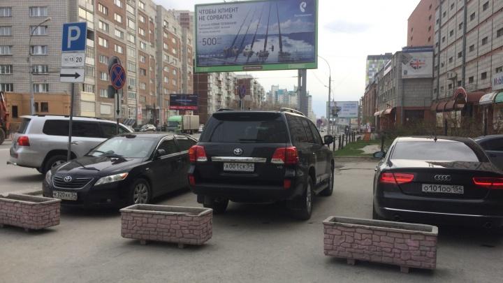 Машину мэра Новосибирска снова застукали на тротуаре