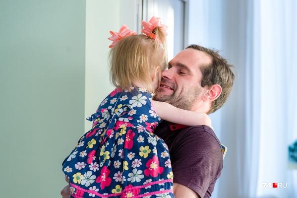 Два года Алексей приходит к своей дочке в дом ребёнка