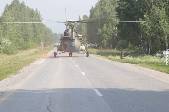Во время занятий военные посадили вертолёт на дорогу