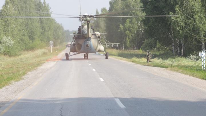 Военные посадили вертолёт на дорогу под Новосибирском