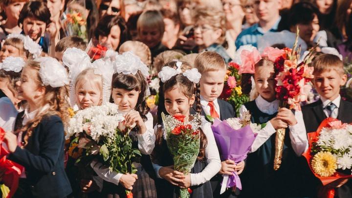 В четырех тюменских школах родители отказались массово покупать учителям цветы. Объясняем почему