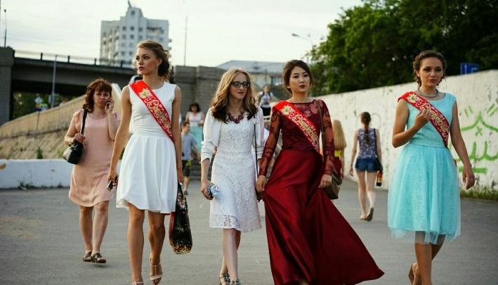 «Платье мечты, букет и банкет»: сколько денег тратятродители юных омичей на школьные выпускные