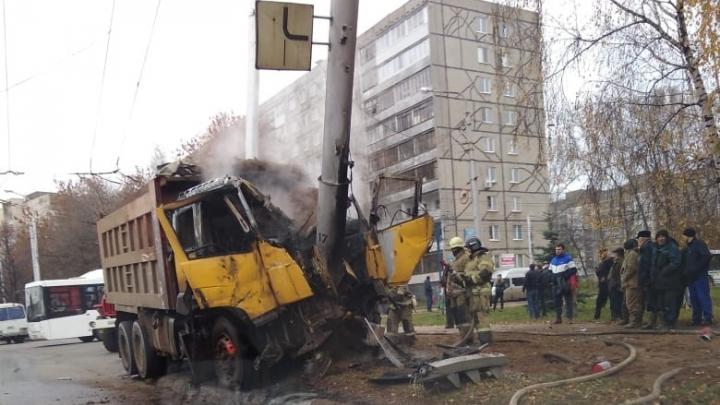 В Уфе КАМАЗ врезался в столб и загорелся, пожар попал на видео