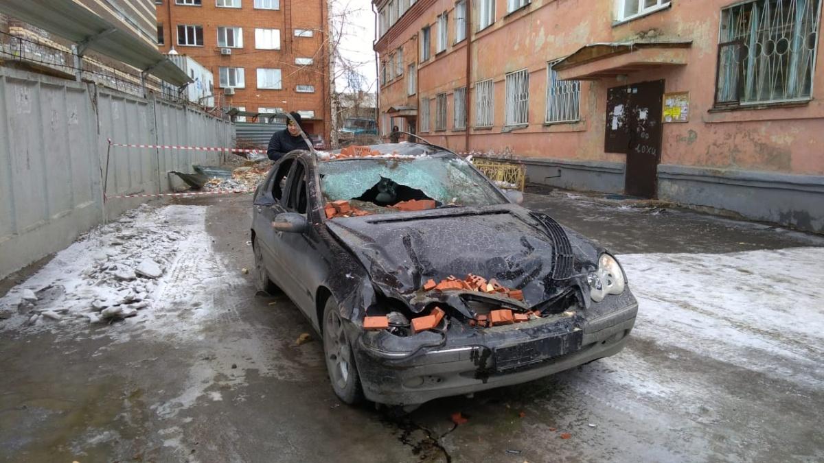 Во время происшествия автомобиль проезжал мимо строящегося дома