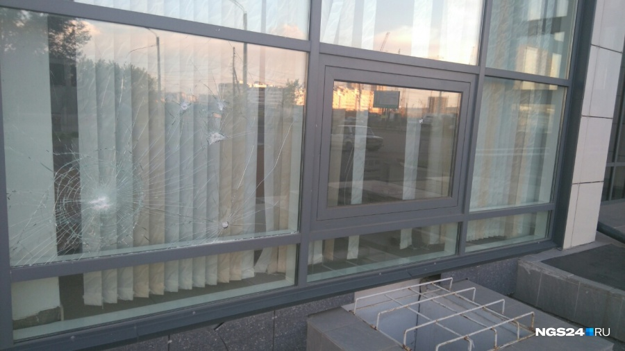 ВКрасноярске разгневанный мужчина разбил стекла в отделе Росреестра