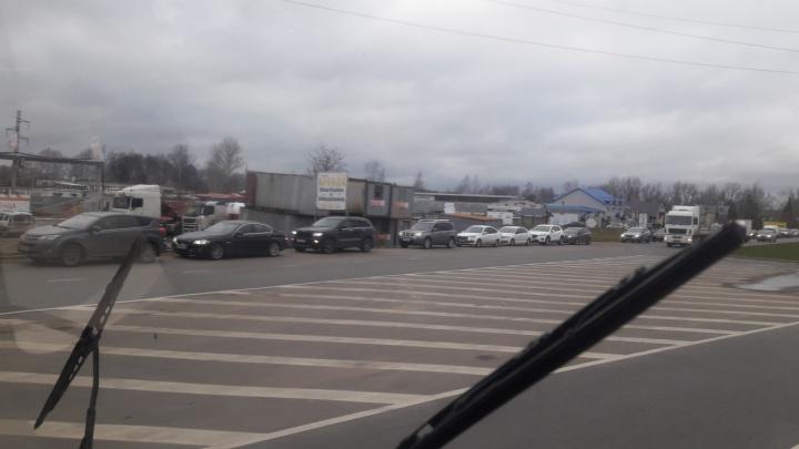 Напугал прогноз погоды: в Ярославле водители выстроились в гигантскую очередь к шиномонтажу