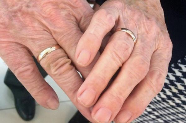 Молодожёны обменялись кольцами