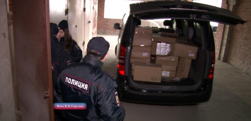 В машине полицейские нашли 500 000  рублей и табачную продукцию
