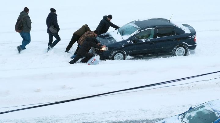 У Макаровского моста образовалась пробка из-за машины, застрявшей в сугробах на трамвайных путях