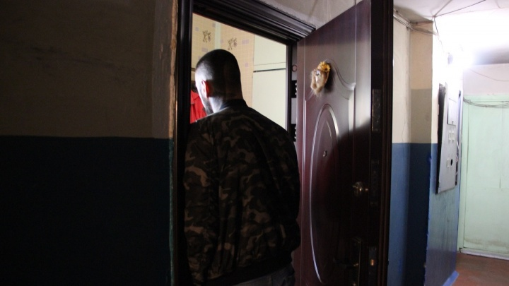 «Тихая, скромная, не огрызается»: омскую школьницу обвинили в том, что она забила отца молотком