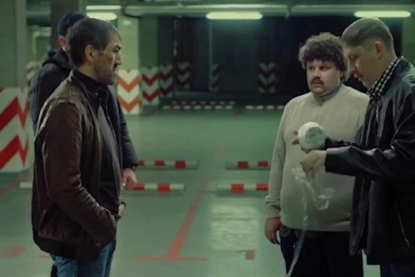 По сюжету фильма, у друга персонажа Кулика в маршрутке обнаруживают огромную партию наркотиков