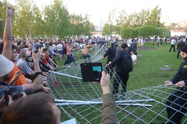 После мирных обнимашек сквера забор все-таки рухнул
